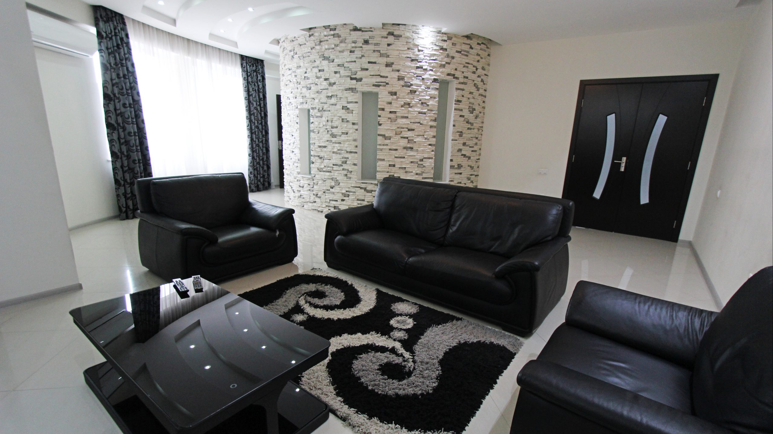 Продается Большая 3-Комнатная Квартира на Улице Асланиди